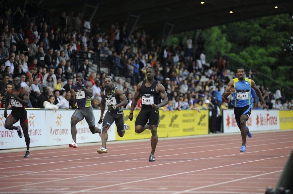 Dwain Chambers remporte le 100 mètres masculin